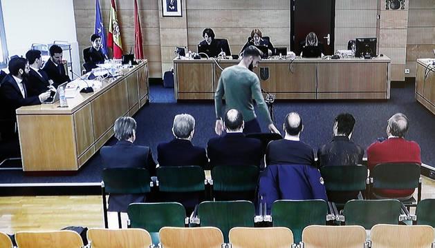 Imagen tomada de la pantalla de un televisor de la declaración como testigo del jugador de Osasuna Roberto Torres en el Palacio de Justicia de Navarra.