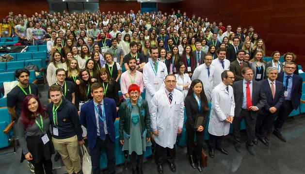 Foto de alumnos de Medicina reunidos en la Universidad de Navarra en las jornadas interactivas de Cirugía.