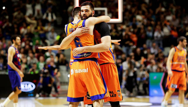 Los jugadores del Valencia Basket; el alero Alberto Abalde (izda.) y el pívot montenegrino Bojan Dubljevic (dcha.) celebran el triunfo.