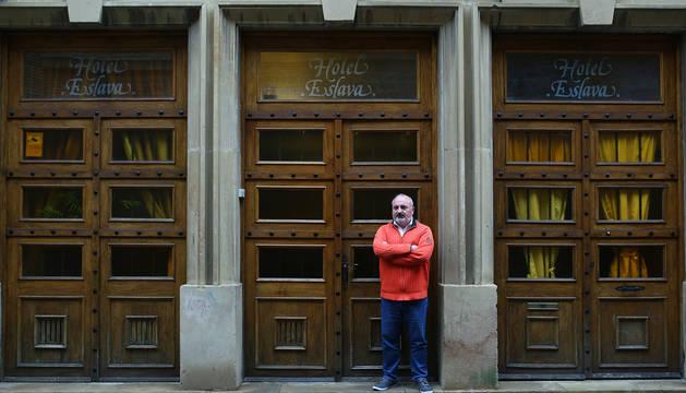 Foto de Eduardo Eslava, en la puerta del céntrico hotel pamplonés, a la venta, pero sin precio fijado.