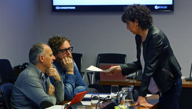 Foto de Adolfo Araiz y Maiorga Ramírez, de Bildu, hablan con Ainhoa Unzu (PSN).
