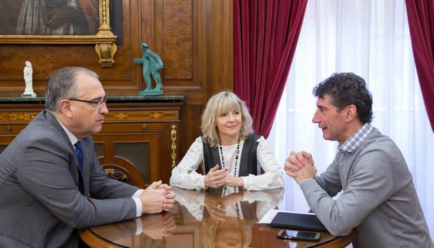 Foto del alcalde de Pamplona, Enrique Maya, el director gerente de la fundación, Jaime Aguirre, y la concejala delegada de Servicios Sociales, Acción Comunitaria y Deporte, María Caballero.