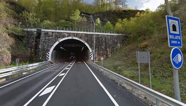 Un camión detenido obliga a cerrar al tráfico el túnel de Belate  (N-121-A)