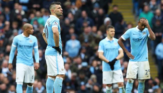 El 'Kun' Agüero junto a otros compañeros con gesto serio durante un encuentro de la Premier League.