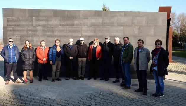 Los asistentes ante la pared sur del muro en el que aparecen los nombres de los 3.452 asesinados.
