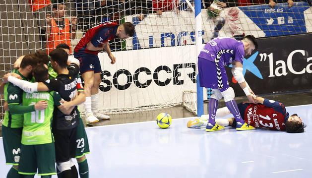 Los jugadores de Movistar celebran el tanto con Eric Martel atendido por su compañero, el meta Asier Llamas.