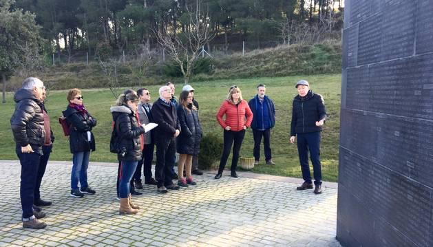 Foto de las explicaciones sobre la actuación en el Muro de los Asesinados, en Sartaguda.