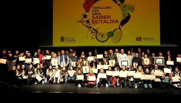 Premiados y finalistas, junto con representantes municipales, compartieron escenario al final de la gala para tomarse una foto de grupo.