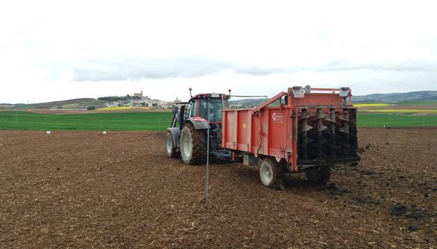 Una muestra del abonado del suelo mediante maquinaria agrícola.