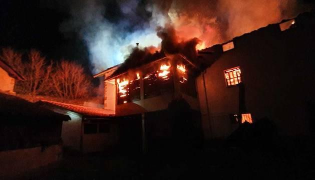 foto de Las llamas han destruido por completo la vivienda incenciada en Irurozqui