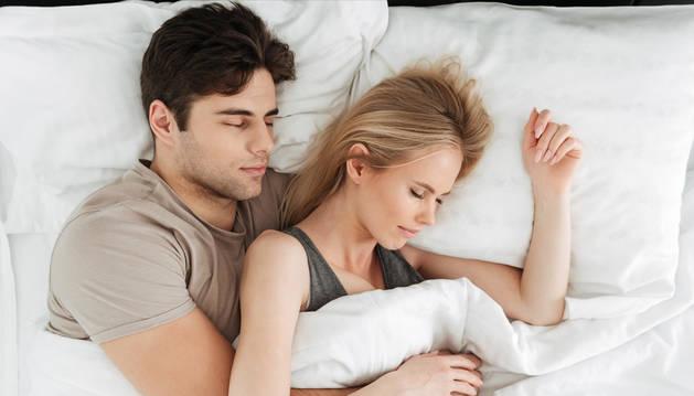 foto de Una pareja durmiendo.