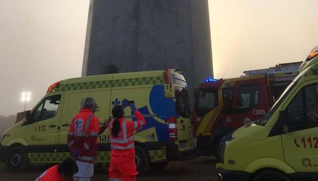 Servicios de emergencias en las obras del parque eólico de La Mudarra (Valladolid) donde han fallecido dos operarios.