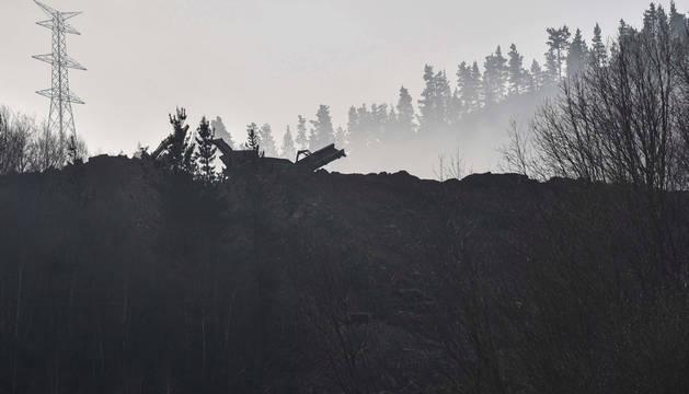 Operarios continúan trabajando en el vertedero de Zaldibar, donde dos hombres quedaron sepultados el pasado 6 de febrero.