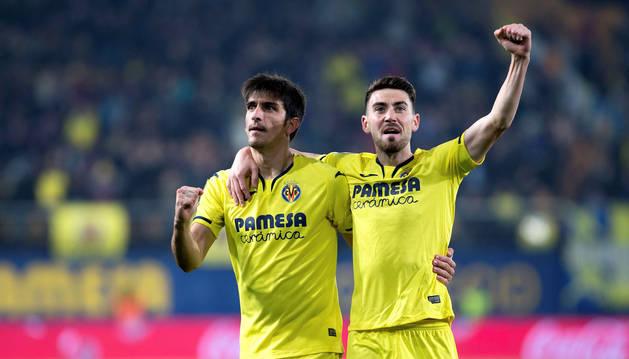 Moi Gómez y Gerard Moreno celebran uno de los goles del Villarreal ante el Levante.