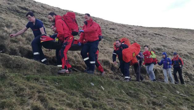 El montañero, guipuzcoano, ha tenido que ser porteado por los bomberos y efectivos del GRT en una camilla.