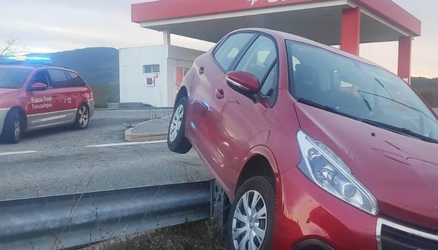 El coche accidentado en el área de servicio de Gazólaz.