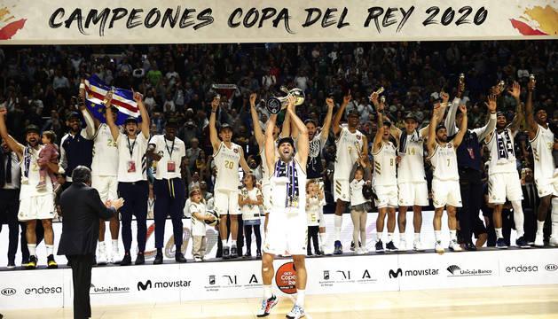 Felipe Reyes levantando el trofeo que acredita al Real Madrid como campeón de la Copa del Rey de baloncesto.