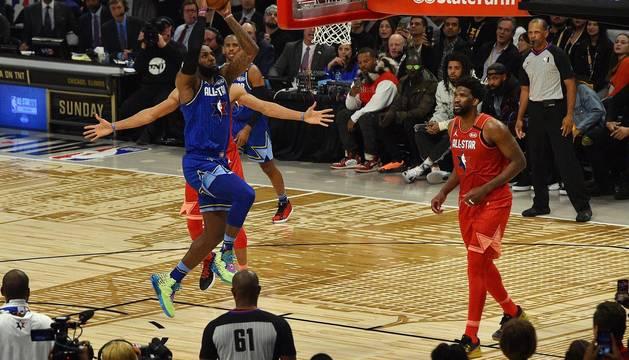 Los Ángeles acogió este domingo, 16 de febrero, el Partido de las Estrellas que tuvo como grandes protagonistas al pívot Anthony Davis y al alero Kawhi Leonard y que se celebró en memoria de Kobe Bryant.