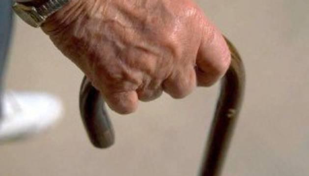 Imagen de archivo de un hombre que sujeta un bastón.