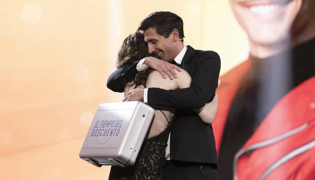 Foto de Gianmarco, recibiendo el maletín de ganador del reality 'El tiempo de descuento'.