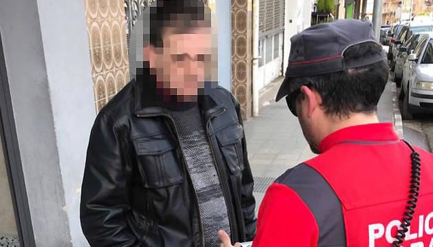 Foto del momento de la identificación y detención del hombre que intentó robar en un comercio de Estella por parte de la Policía Foral.