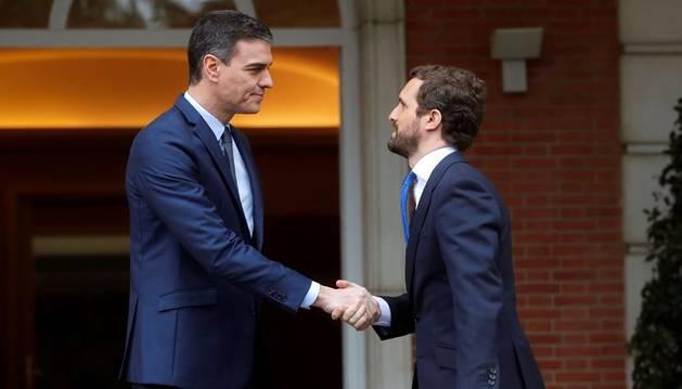 El presidente del Gobierno, Pedro Sánchez (I), recibe al líder del Partido Popular (PP), Pablo Casado (d), en el Palacio de la Moncloa.