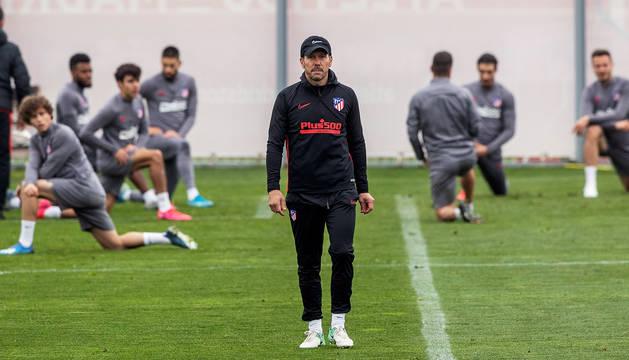 Simeone mira a la cámara durante el entrenamiento del Atlético de Madrid previo al choque contra el Liverpool en el Wanda.