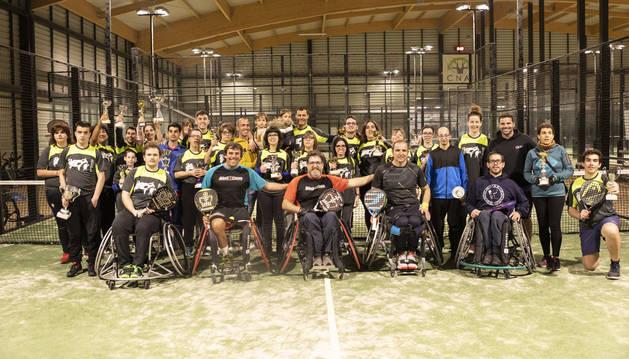 Foto de familia de los participantes en el torneo adaptado y los jugadores de pádel en silla de ruedas, junto a los monitores.