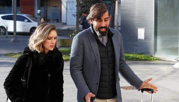 Los abogados de los exfutbolistas del Betis llegan a la Audiencia Provincial de Navarra este martes, 18 de febrero.