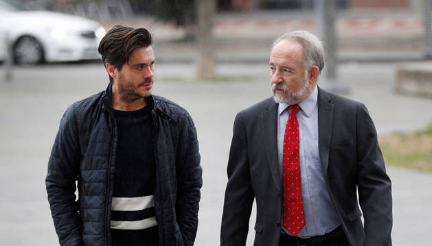 El expresidente de la Fundación Osasuna, Diego Maquírriain, conversa con su abogado a su llegada, el lunes, al Palacio de Justicia de Navarra.