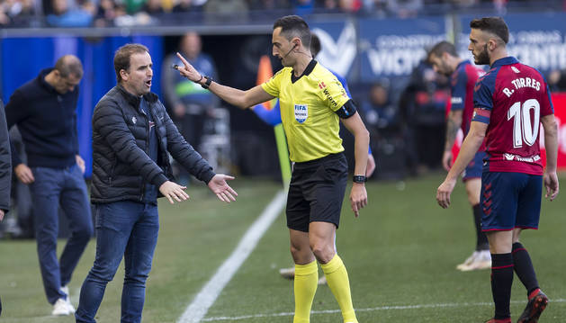 Jagoba Arrasate, entrenador de Osasuna, protesta una decisión de Sánchez Martínez.