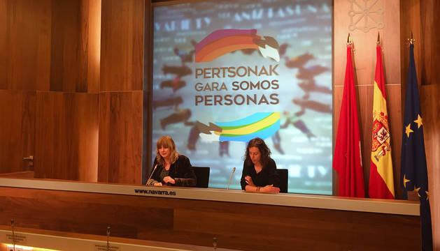 La consejera Ana Ollo y la jefa de sección de Convivencia, Irati Goikoetxea, durante la presentación de 'Somos personas'.