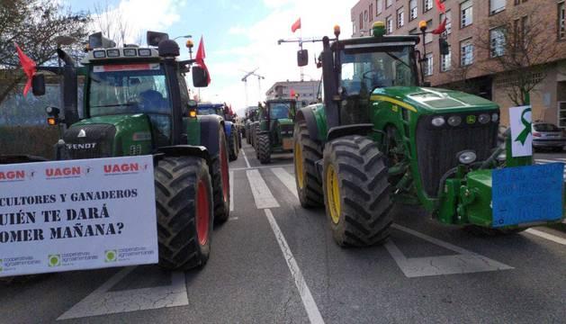 Imágenes de los tractores para la protesta agraria con tractores en Navarra.
