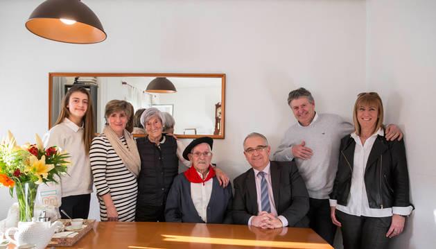 El alcalde de Pamplona visita al centenario Rafael Ruiz Jorajuría