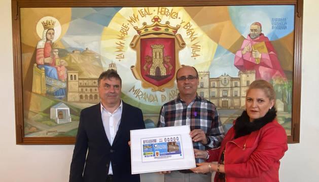 Foto de Valentín Fortún, Delegado de la ONCE en Navarra, Pilar Herrero, Presidenta del Consejo de la ONCE en Navarra y Francisco Gil Serantes, Alcalde de Miranda de Arga han presentado este cupón.