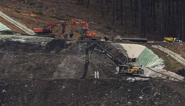 Excavadoras trabajan en las instalaciones del vertedero de Zaldívar tras el derrumbe.
