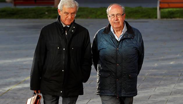 El exgerente del Club Atlético Osasuna Ángel Vizcay (dcha.) llega a la Audiencia Provincial de Navarra junto a su abogado.