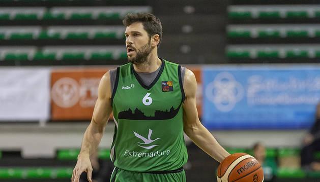 El base pamplonés Ricardo Úriz sube el balón en un partido con su actual equipo, el Cáceres.