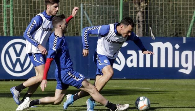 Kike Barja trata de arrebatar el balón a Unai García ante la presencia de Nacho Vidal, ayer en el entrenamiento celebrado en Tajonar.