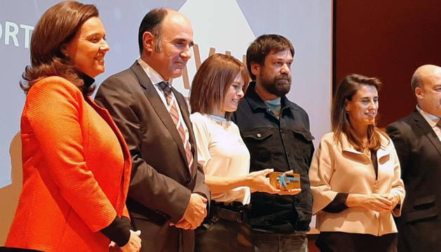 Fundadores de la empresa SmartComfort posan tras recoger el premio Emprendedor XXI.