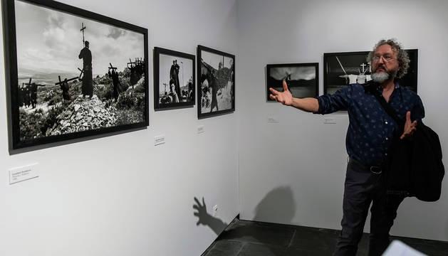 El comisario de la muestra sobre el fotógrafo Koldo Chamorro, Clemente Bernad, durante la inauguración de la exposición.