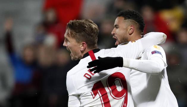 De Jong y En-Nesry celebran el gol del Sevilla.