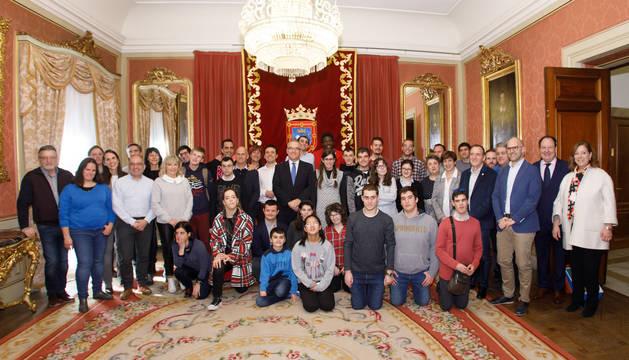 Foto de Enrique Maya recibe a un grupo de deportistas, ganadores nacionales en modalidades adaptadas.