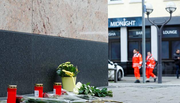 Foto de varios ramos de flores y velas, junto al bar donde empezó el ataque en Hanau.