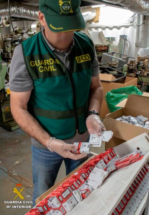 Desmantelan en Málaga una fábrica clandestina de tabaco oculta en una cuadra