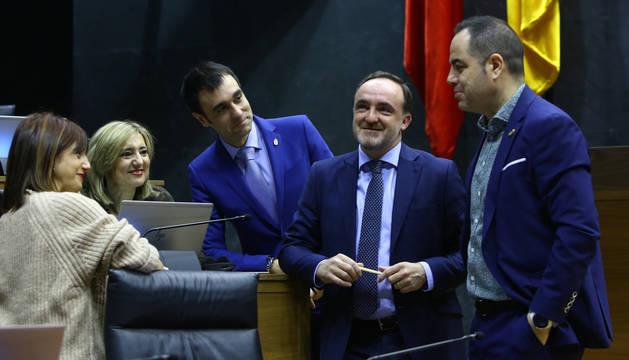 Foto de María Jesús Valdemoros, Javier Esparza y Ramón Alzórriz, este jueves en el Parlamento.