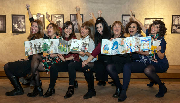 Desde la izquierda, Leire Olkotz, Idoia Iribertegui, Berta Suescun, Itziar Goñi, Rebecca Gil, Tea en la azotea, Concha Pasamar y Mila García. Sujetan Universo Lorca y Bichos raros.