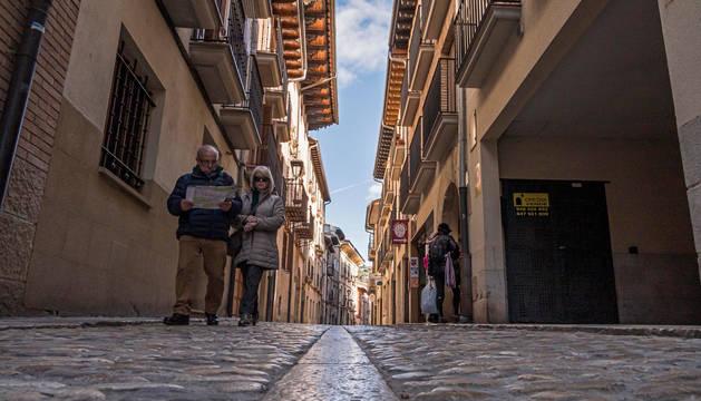 La calle La Rúa de Estella, con su adoquinado característicos que dará paso a un nuevo suelo de losas como el del resto del entorno.