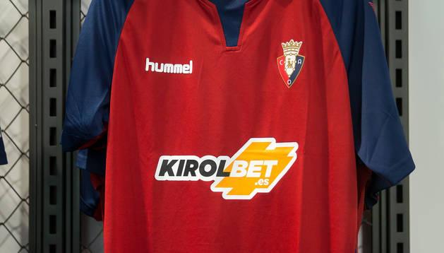 La camiseta de Osasuna, colgada en una percha en la tienda oficial del club.