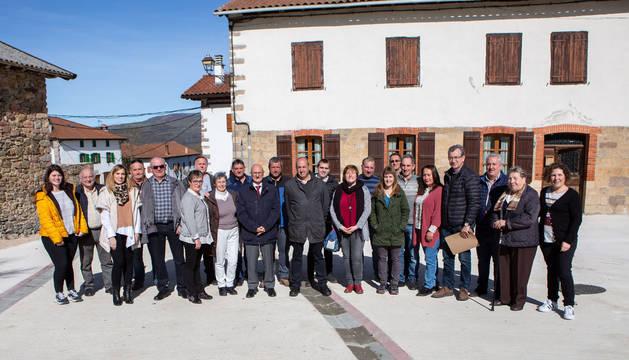 Foto del consejero Ciriza y autoridades del concejo de Esnotz.